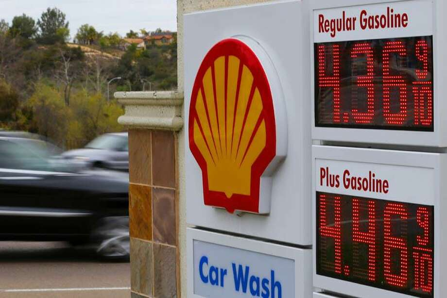 Gasoline prices are displayed on a signboard at a Shell gas station in Encinitas, California, February 19, 2013. (&Copy; Mike Blake / Reuters) Photo: REUTERS / X00030