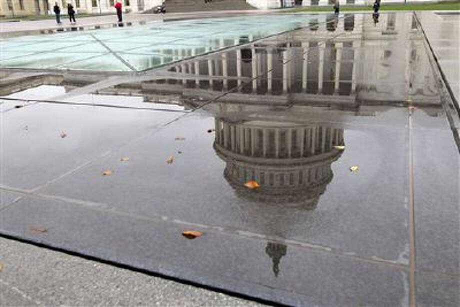 Visitors take pictures of the U.S. Capitol in rainy Washington on Oct. 13. Photo: AP / FR159526 AP