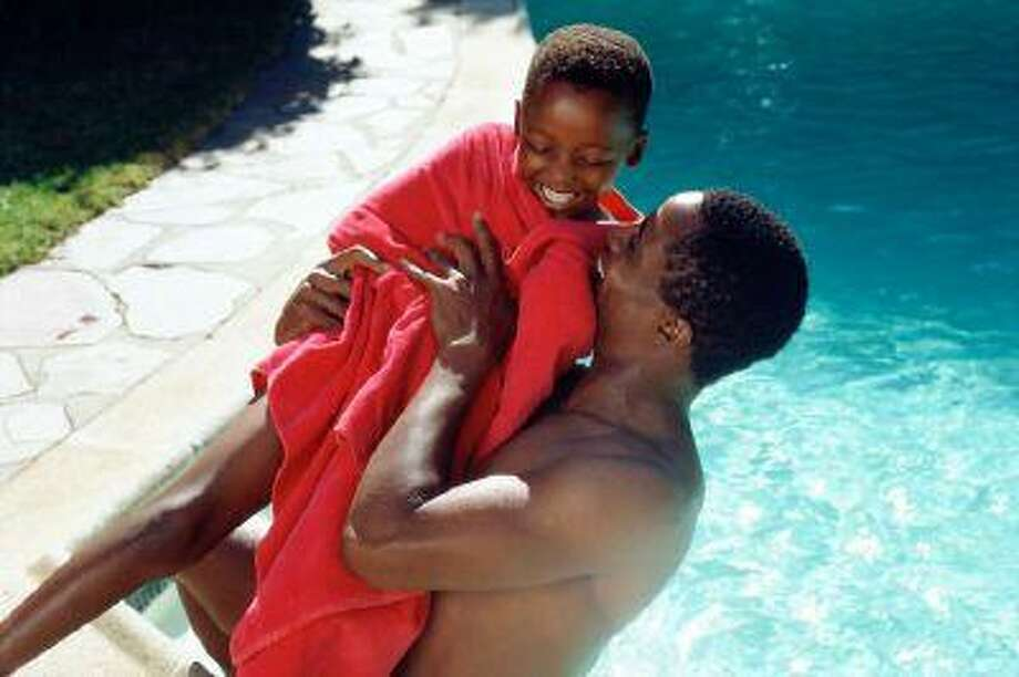 Father and son playing by pool Photo: Getty Images/Image Source / (c) Image Source