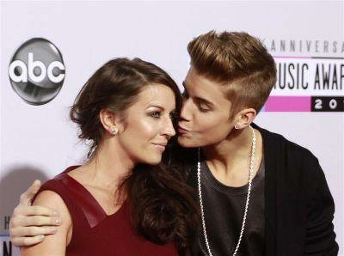 Pop star Justin Bieber (R) arrives with his mother Pattie Mallette at the 40th American Music Awards in Los Angeles, Calif. November 18, 2012.