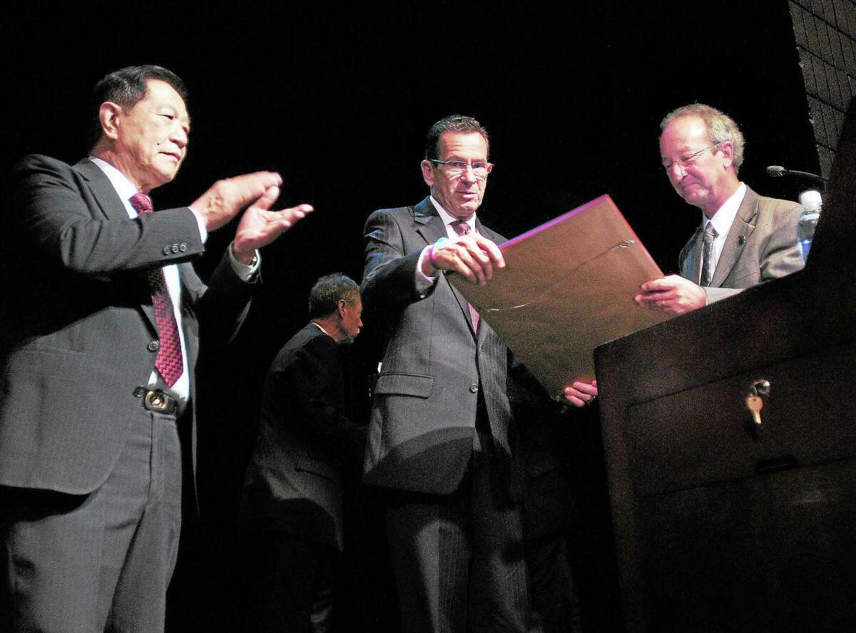 (Arnold Gold — New Haven Register) Henry Lee (left) applauds as Governor Dannel P. Malloy (center) receives the Leadership Award from University of New Haven President Steven Kaplan (right) at the Henry C. Lee Institute of Forensic Science's 22nd Annual Arnold Markle Symposium held at the University of New Haven on 10/14/2013.