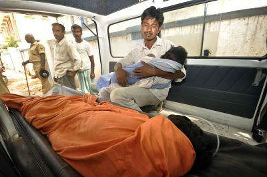An Indian man mourns as he holds his dead daughter inside an ambulance, outside a hospital in Patna, in the eastern Indian state of Bihar, Wednesday, July 17. Photo: ASSOCIATED PRESS / AP2013