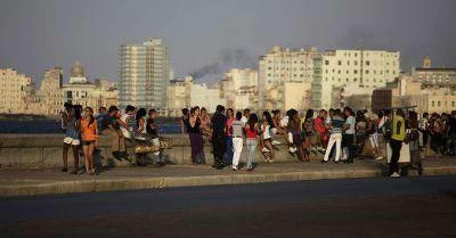 Youths hang out on Havana's seafront boulevard 'El Malecon' April 27, 2013. REUTERS/Desmond Photo: REUTERS / X00037