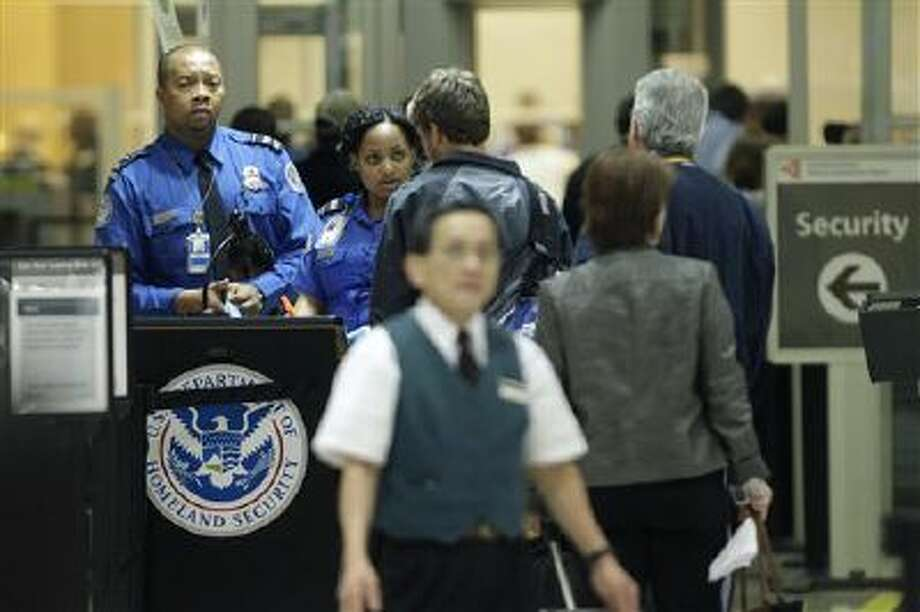 TSA officials check passengers entering a security checkpoint at Hartsfield-Jackson Atlanta International Airport in Atlanta. Photo: AP / AP