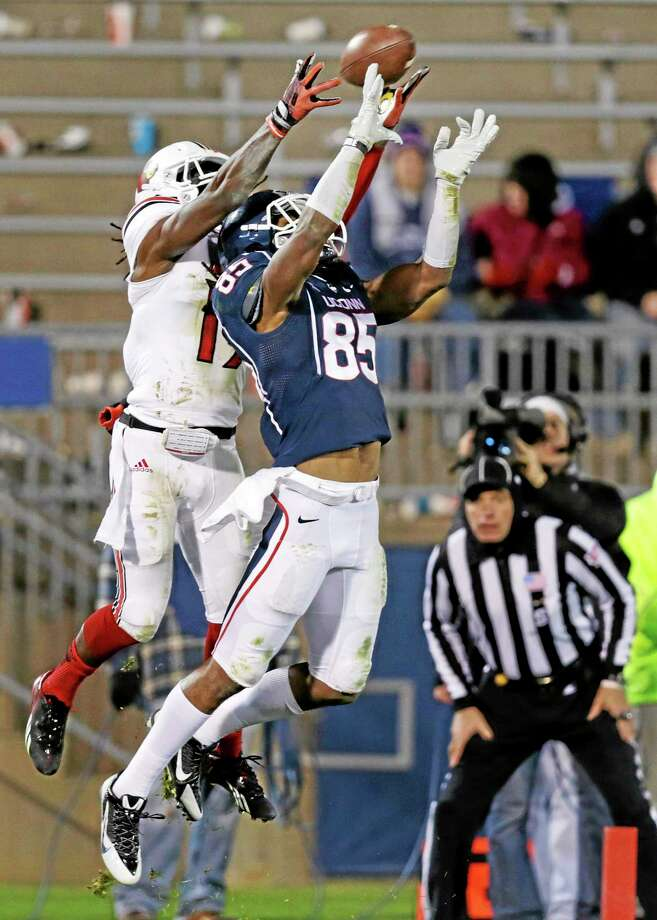 UConn's Geremy Davis tries to haul in a pass against Louisville on Nov. 8. Photo: Charles Krupa — The Associated Press  / AP