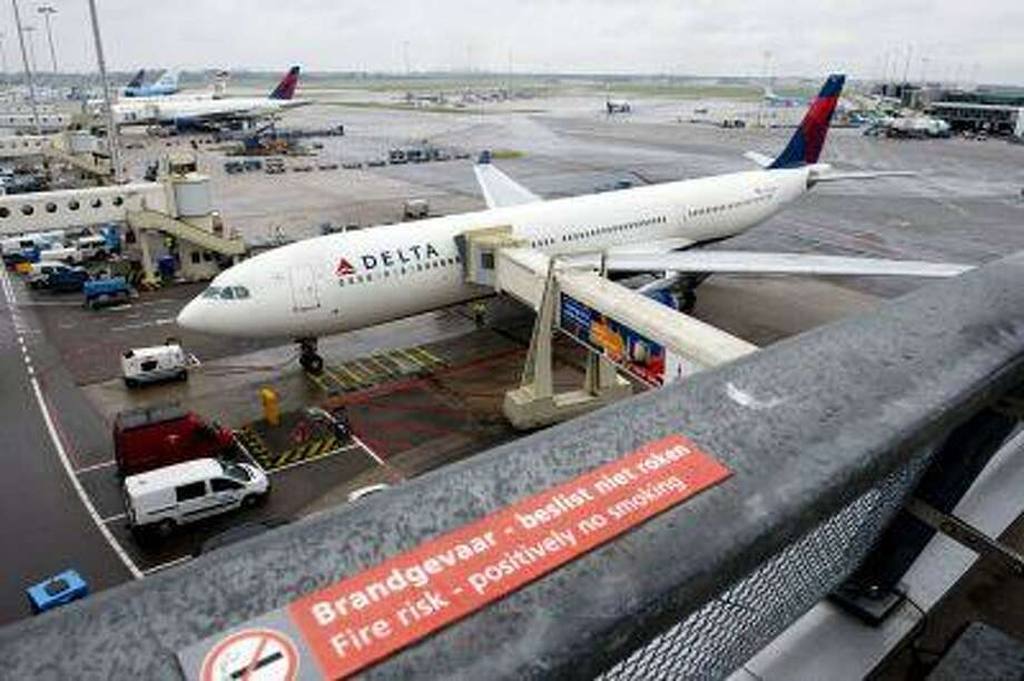 A plane of Delta Airlines with 398 people on board, on his way from Paris to Detroit, made a precautionary landing at Schiphol airport on August 7, 2013. Photo: AFP/Getty Images / 2013 AFP