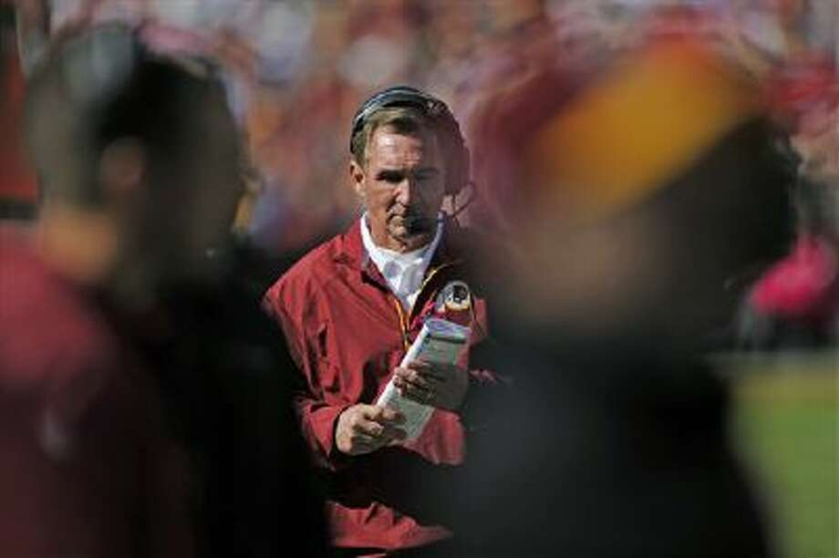 Washington Redskins head coach Mike Shanahan looks over his notes during the first half of a NFL football game against the Chicago Bears in Landover, Md., Sunday, Oct. 20, 2013. Photo: AP / FR67404 AP