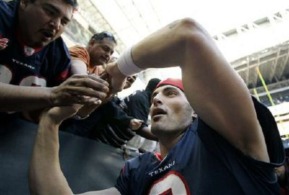 Houston Texans quarterback David Carr greets fans as he leaves the field after an NFL football game against the Cleveland Browns on Sunday, Dec. 31, 2006, in Houston. The Texans won 14-6. Photo: AP / 2006 AP