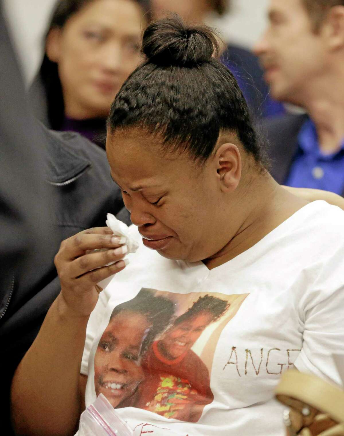 Nailah Winkfield, mother of Jahi McMath, cries before a courtroom hearing regarding McMath Friday. AP photo