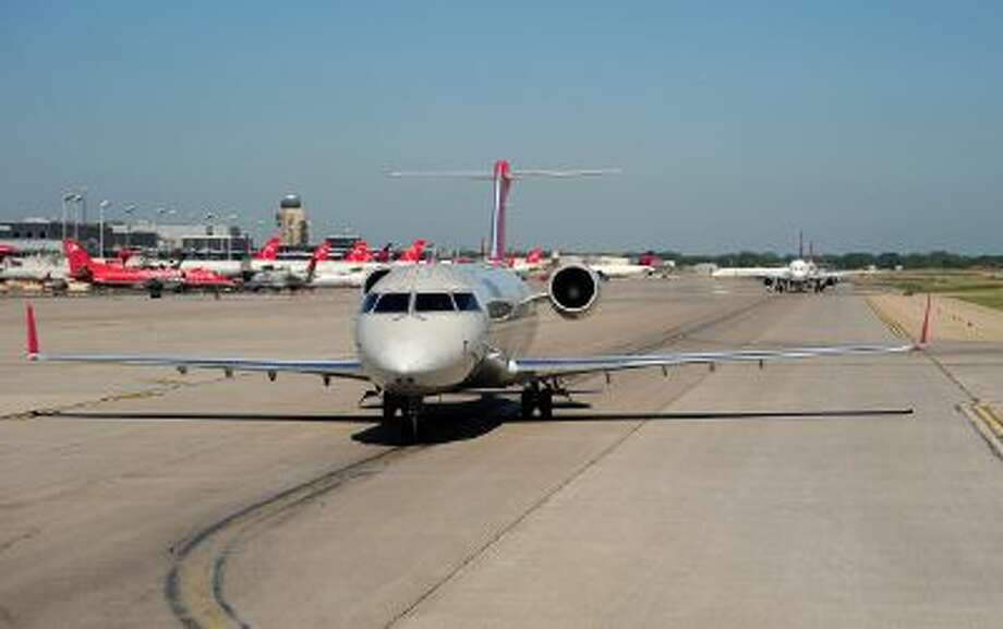 Commercial aircraft line up for departure on May 28, 2009 at the Minneapolis-St. Paul International Airport in Minnesota. AFP