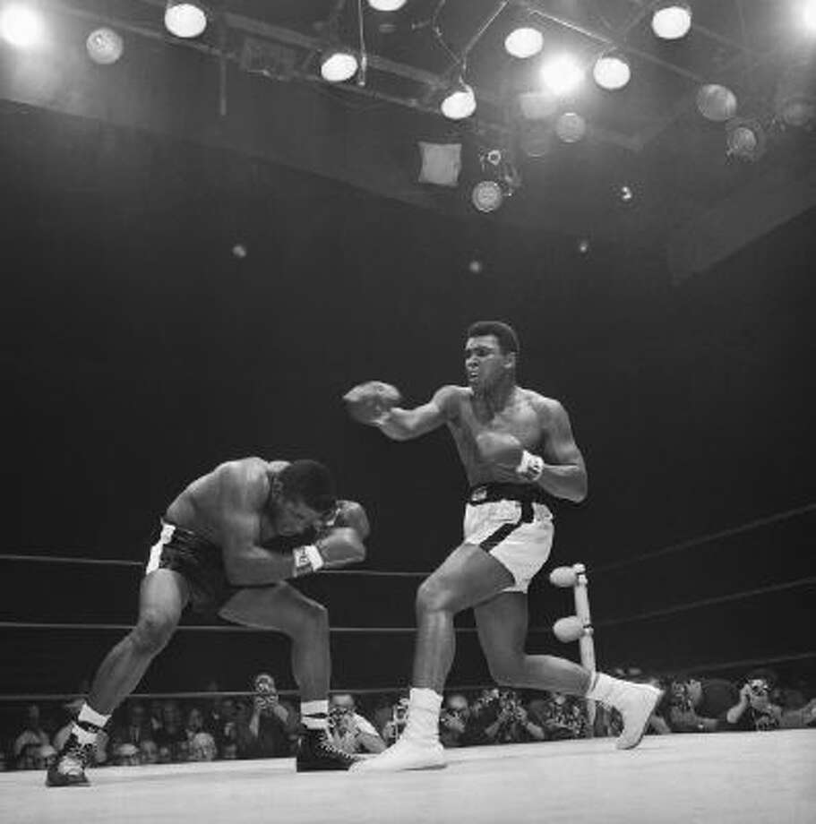 Mohammad Ali fights Challenger Floyd in 1965.