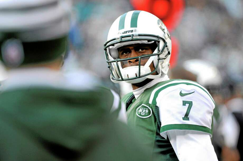 Quarterback Geno Smith will get another start for the Jets despite being benched during last week's game. Photo: Bill Kostroun — The Associated Press  / FR51951 AP