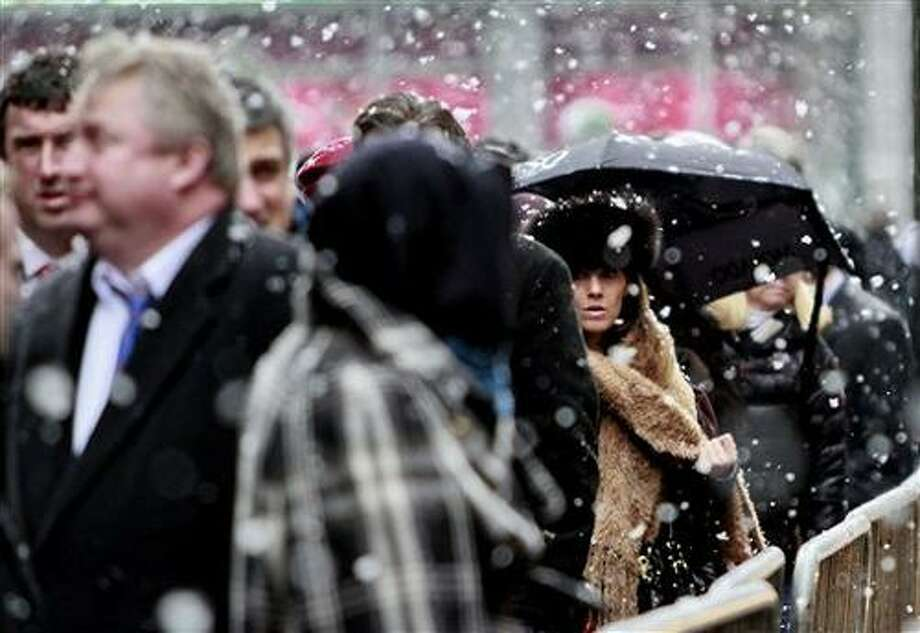 Snow falls as commuters wait at a taxi stand in New York, Tuesday Jan. 25, 2011.  Forecasters at the National Weather Service  (AP Photo/Bebeto Matthews) Photo: ASSOCIATED PRESS / AP2011