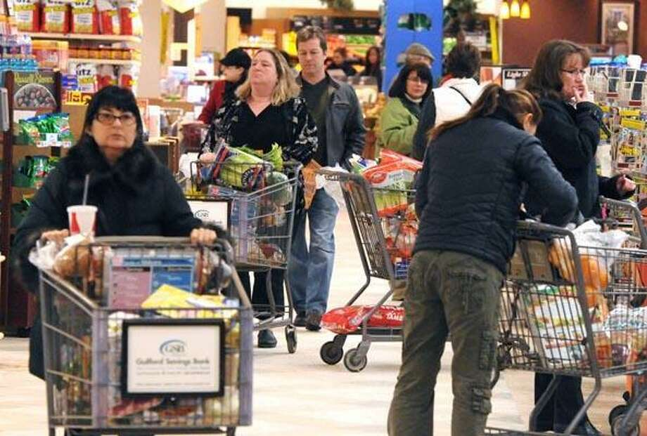 Guilford--Shoppers at Big Y in Guilford on Thursday afternoon.  Photo by Brad Horrigan/New Haven Register-01/20/10.