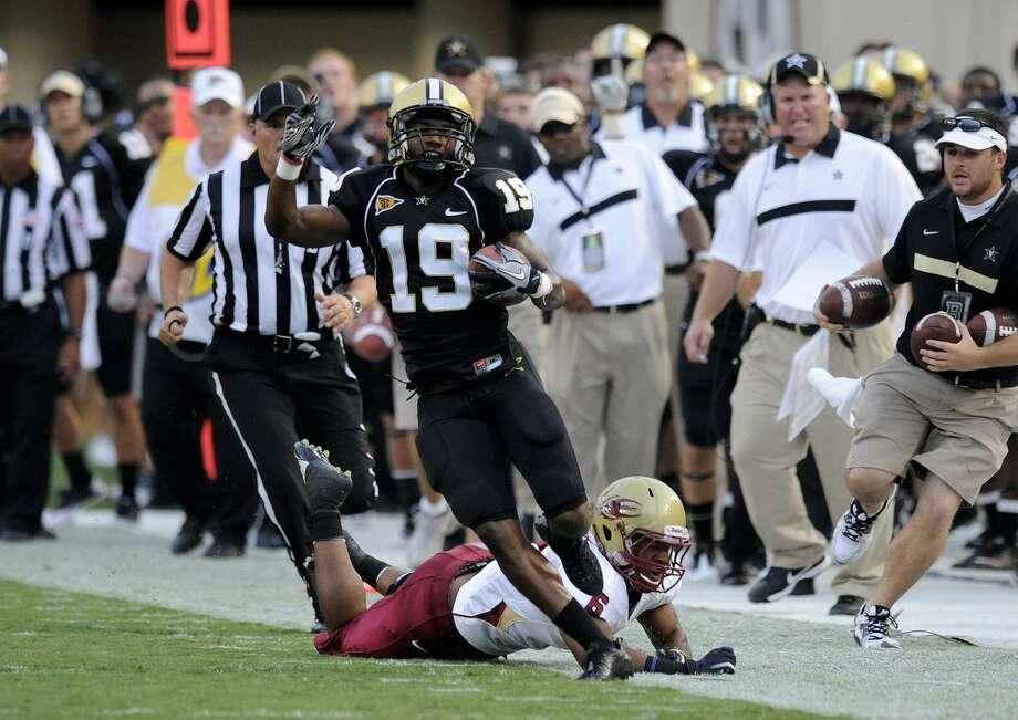 Vanderbilt defensive back Casey Hayward (19) runs past Elon cornerback Blake Thompson (6) for 23 yards in the first quarter of an NCAA college football game on Saturday, Sept. 3, 2011, in Nashville, Tenn. (AP Photo/Donn Jones) Photo: ASSOCIATED PRESS / AP2011