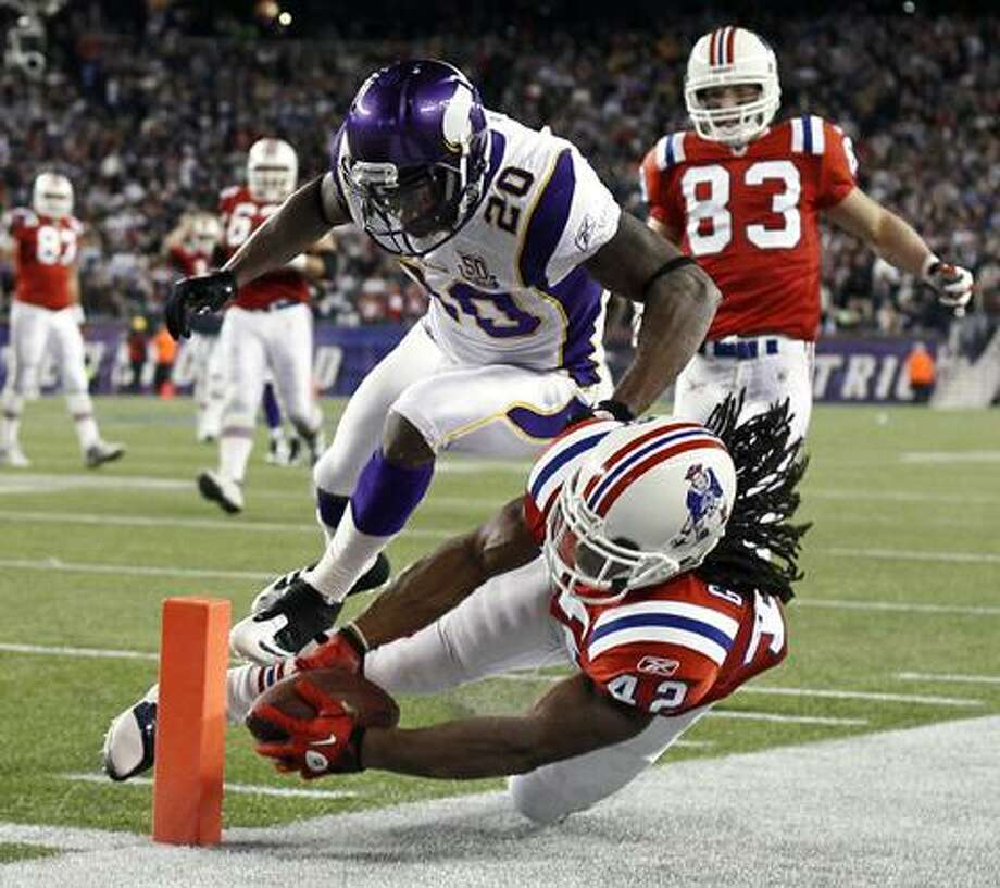 New England Patriots running back BenJarvus Green-Ellis is pushed out of bounds by Minnesota Vikings safety Madieu Williams (20) short of the end zone during the second half of New England's 28-18 win in an NFL football game in Foxborough, Mass., Sunday. (AP Photo/Winslow Townson) Photo: AP / FR170221 AP