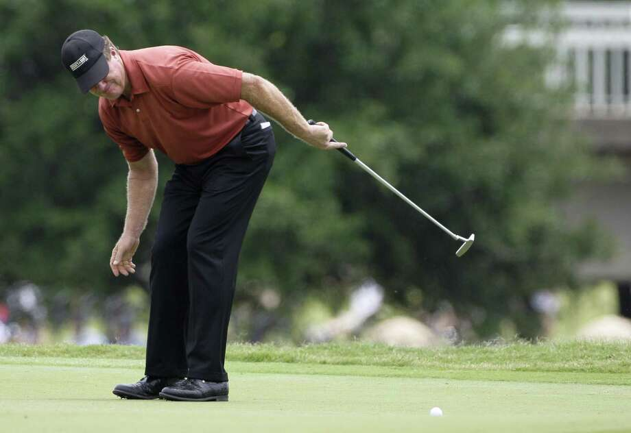 Steve Elkington reacts to his putt on the ninth green during the second round of the Byron Nelson golf tournament Friday, May 21, 2010, in Irving, Texas. Elkington finished the day at 8-under, 132.  (AP Photo/Tony Gutierrez) Photo: ASSOCIATED PRESS / AP