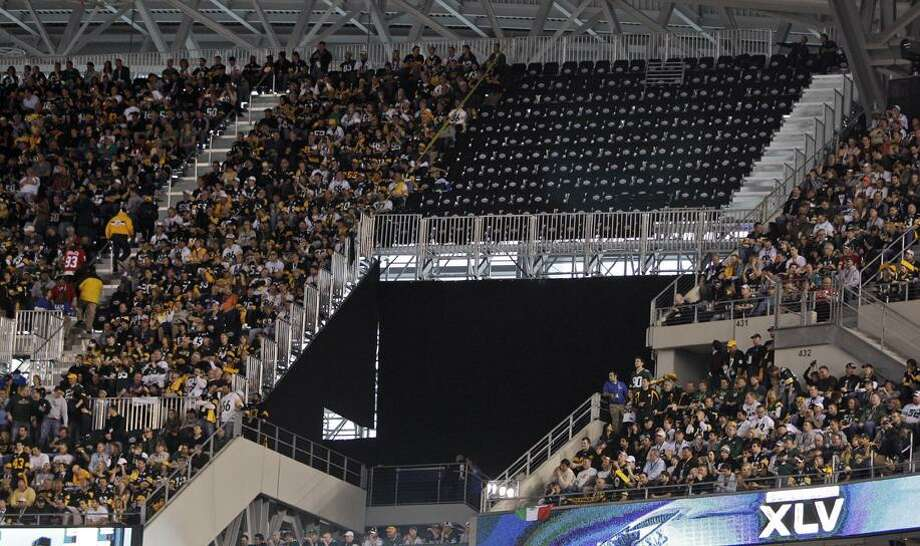 A section of seats at Cowboys Stadium remains empty before the NFL Super Bowl XLV football game between the Green Bay Packers and the Pittsburgh Steelers Sunday, Feb. 6, 2011, in Arlington, Texas. The seats were deemed unsafe. (AP Photo/Charlie Riedel) / AP2011
