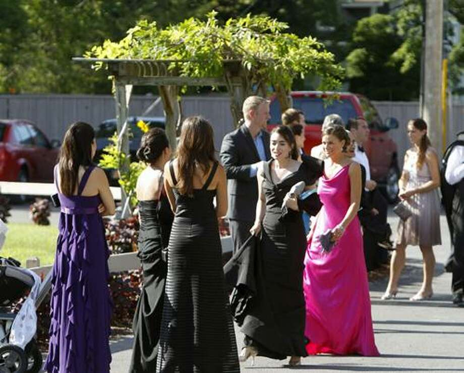 People wait for a bus to depart the Delamater Inn to go to Chelsea Clinton's and Marc Mezvinsky's wedding  in Rhinebeck, N.Y., on Saturday, July 31, 2010.  (AP Photo/Mike Groll) Photo: ASSOCIATED PRESS / AP