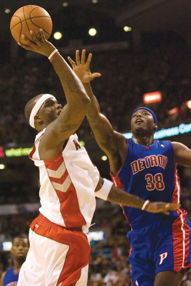 Toronto Raptors' Jermaine O'Neil, left, attempts to score under pressure from Detroit Pistons' Kwame Brown, right, during fourth quarter NBA action at the Air Canada Centre in Toronto on Wednesday, Nov. 5, 2008. (AP Photo/The Canadian Press,Chris Young) Photo: ASSOCIATED PRESS / CP