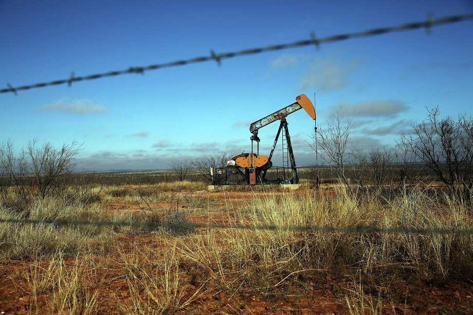 Oil is pumped near Big Springs.  Photo: Spencer Platt, Staff / 2015 Getty Images
