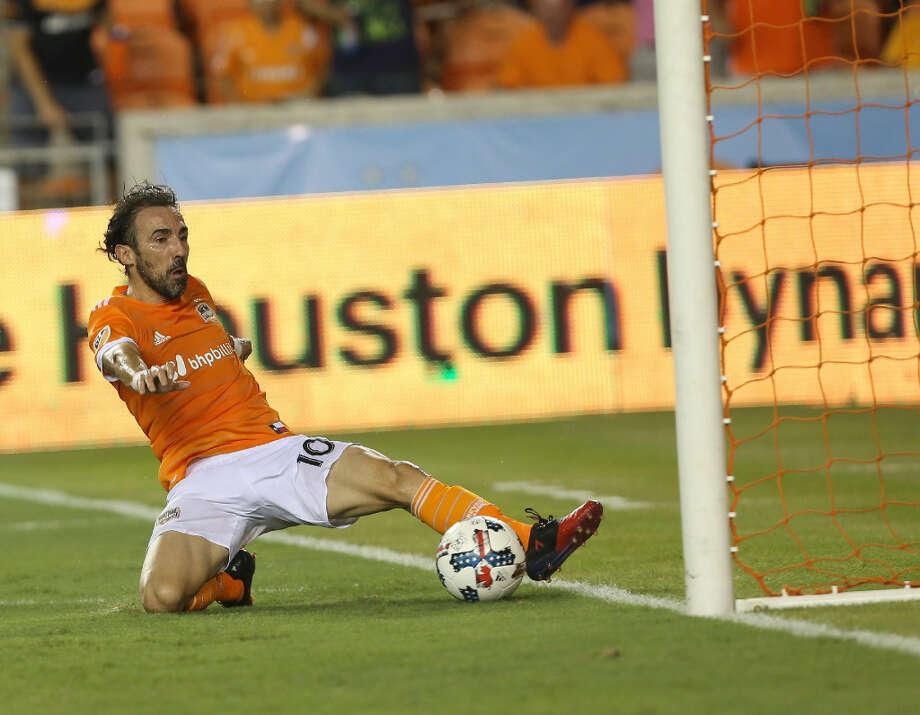 El atacante uruguayo del Houston Dynamo Vicente Sánchez controla el balón frente a San José Earthquakes en el triunfo del sábado, por 3-0, en el BBVA Compass Stadium. (Yi-Chin Lee / Houston Chronicle)