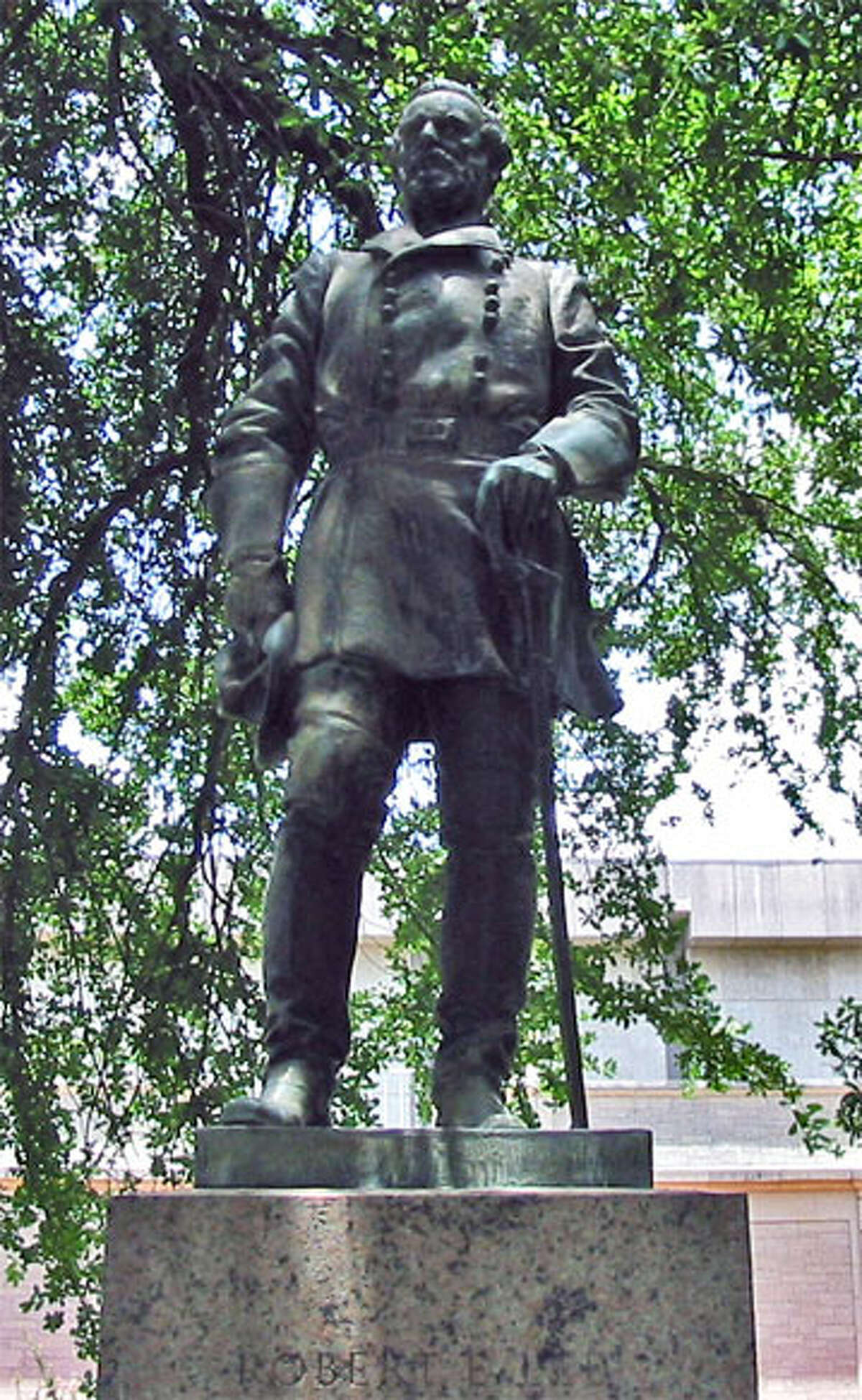 Statue of Robert E. Lee on the grounds of the University of Texas at Austin. Photograph by J. Williams. (July 12, 2003). >>Here is a list of Confederate monuments and statues that were removed in 2017...
