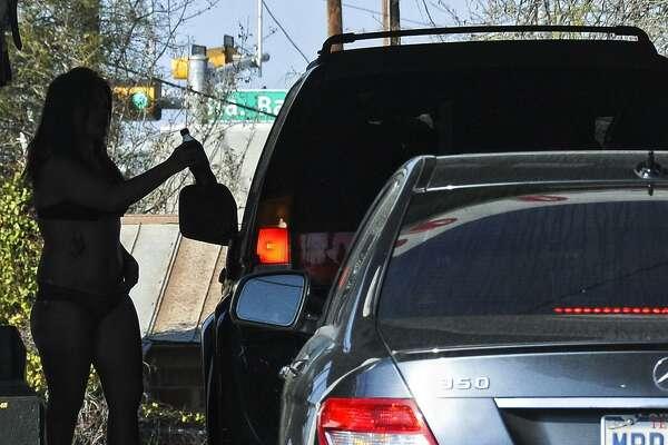 En esta foto de archivo una vendedora atiende a un cliente en el auto servicio Mami Chulas un domingo por la tarde. Esta es una de las muchas ubicaciones que podrían ser afectadas si una ordenanza de la ciudad es aprobada para que se trasladen a los límites de la ciudad.