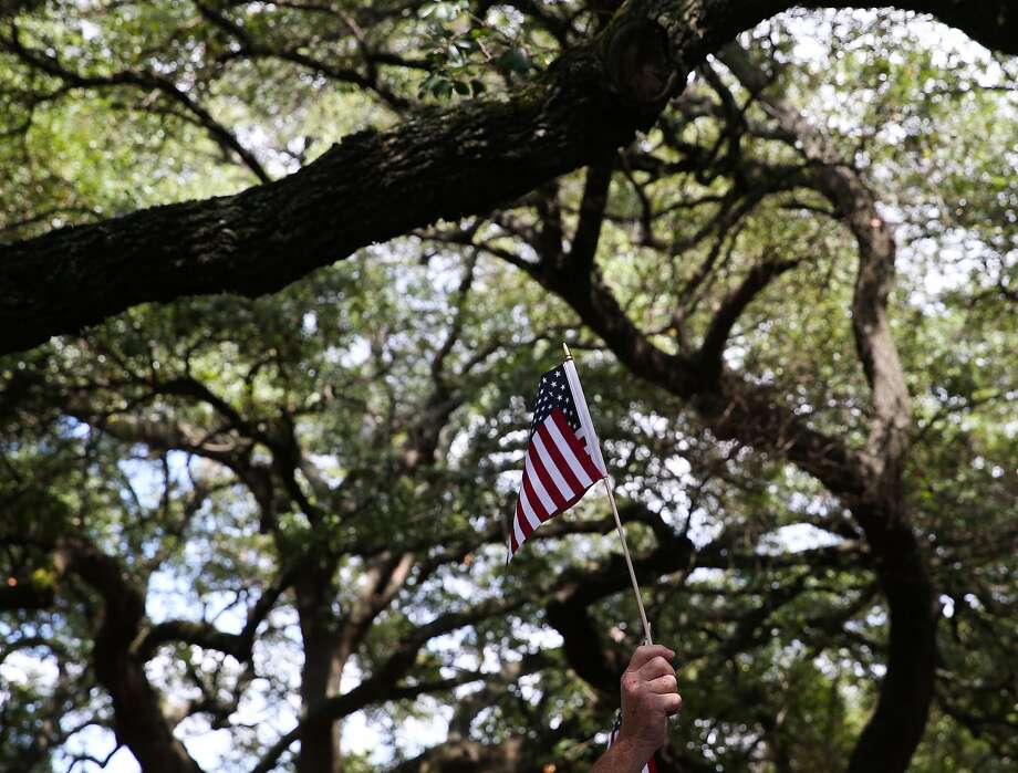 Black Lives Matter supporters bring out American flags to protest Spirit of the Confederacy statue at Sam Houston Park on Aug. 19 in Houston. Photo: Yi-Chin Lee / Houston Chronicle, Yi-Chin Lee