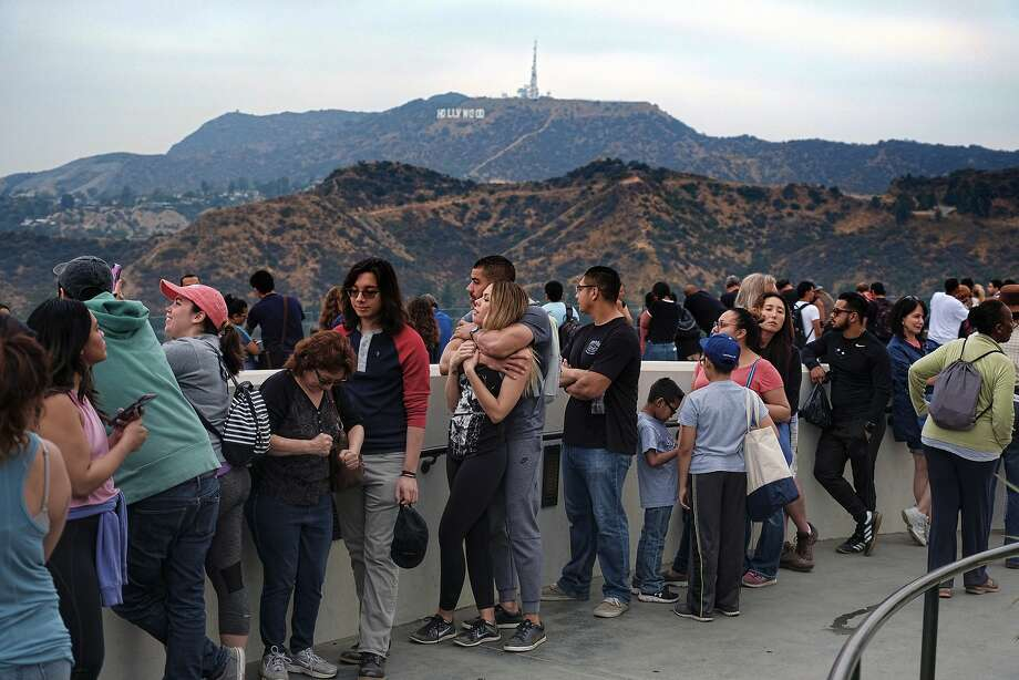 People wait in line to buy viewing glasses for the eclipse at the Griffith Observatory in Los Angeles early Monday, Aug. 21, 2017. Photo: Richard Vogel, Associated Press