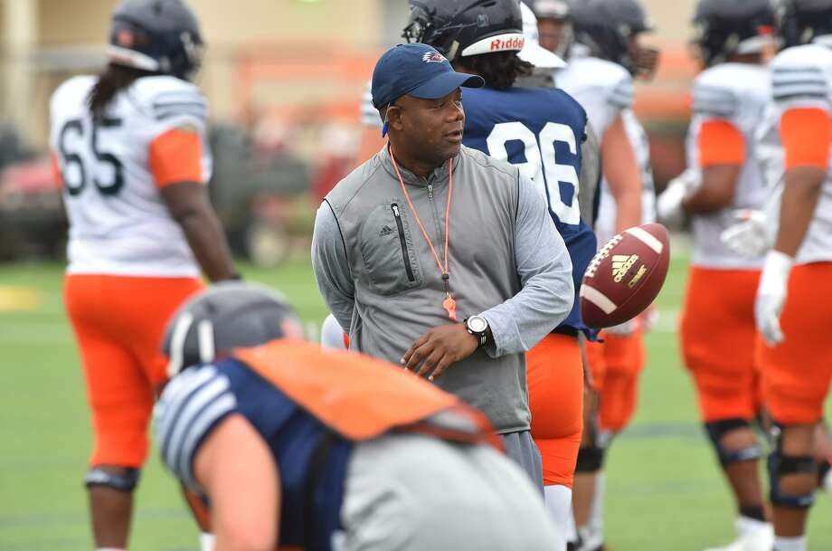 UTSA coach Frank Wilson watches over spring practice in 2017. Photo: Robin Jerstad /For The Express News / ROBERT JERSTAD