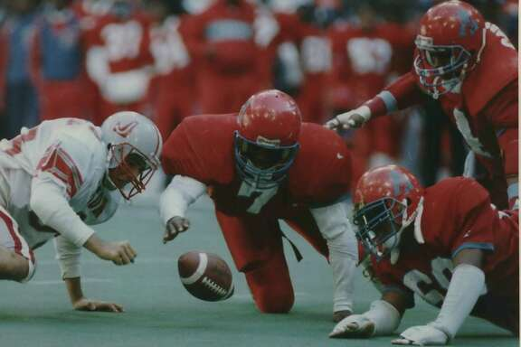 Judson's Luis Silva (left) and Dallas Carter's Leshai Maston (7) and Jeffrey McInnis (on ground) scramble for a fumble during the Class 5A state championship game on Dec. 17, 1988, at Texas Stadium in Irving. Judson lost 31-14, but later earned the title when Carter forfeited because of the use of an ineligble player.