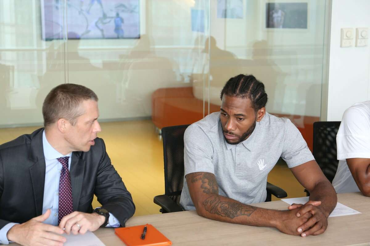 Kawhi the office man (cont.)  Kawhi Leonard and NBA China CEO David Shoemaker met at his Beijing office
