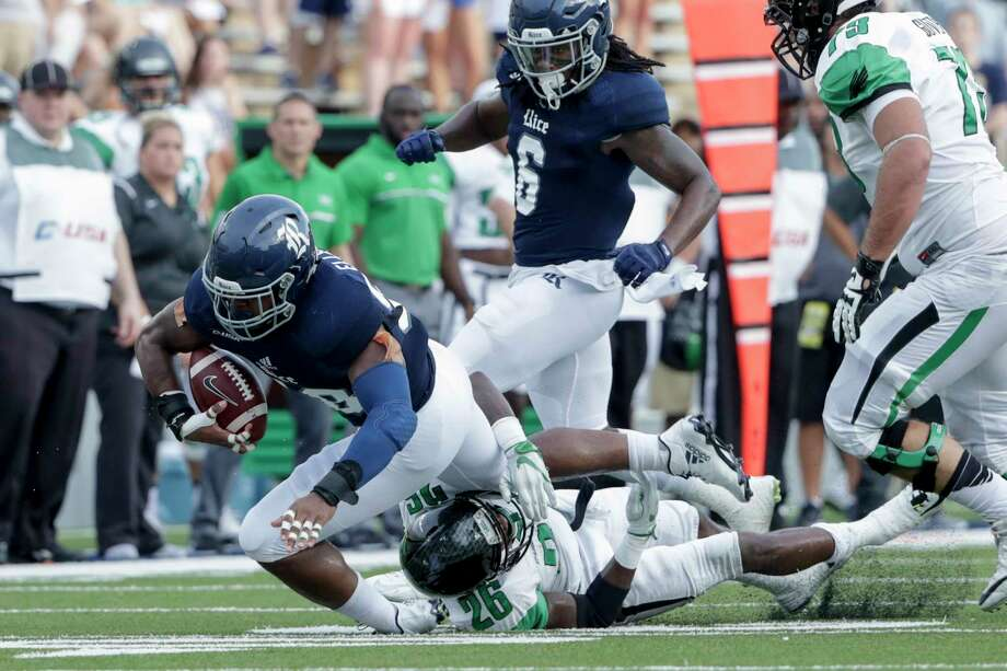 Rice Owls linebacker Emmanuel Ellerbee (58) recovers a fumble during the NCAA football game between the North Texas Mean Green and the Rice Owls at Rice Stadium in Houston, TX on Saturday, September 24, 2016.  The Owls lead the Mean Green 17-14 at halftime. Photo: Tim Warner, Freelance / Houston Chronicle