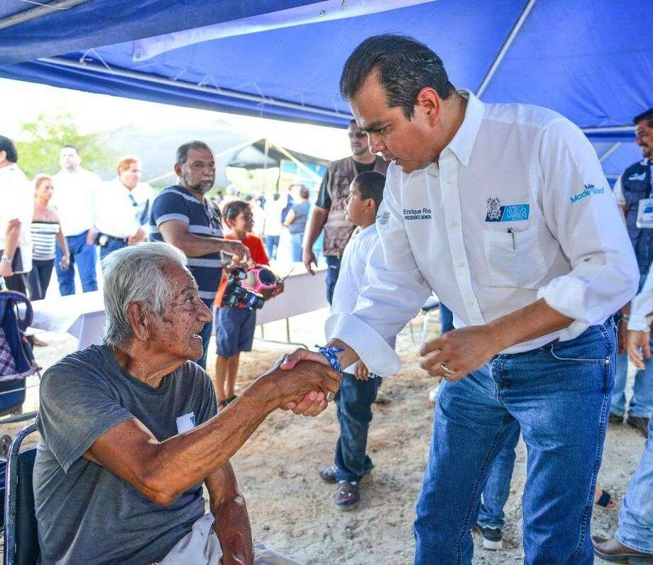 El Presidente Municipal de Nuevo Laredo Enrique Rivas Cuéllar saluda a residentes de Loma Bonita y Las Torres durante el programa Miércoles Ciudadano en el parque Palapas Las Torres. Photo: Foto De Cortesía