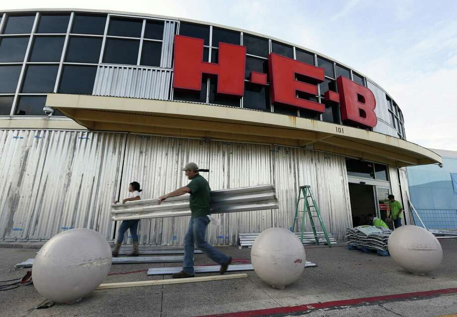 A work crew boards up an H-E-B grocery store Thursday, Aug. 24, 2017 in Port Lavaca ahead of Hurricane Harvey's landfall. Photo: William Luther /San Antonio Express-News / © 2017 San Antonio Express-News