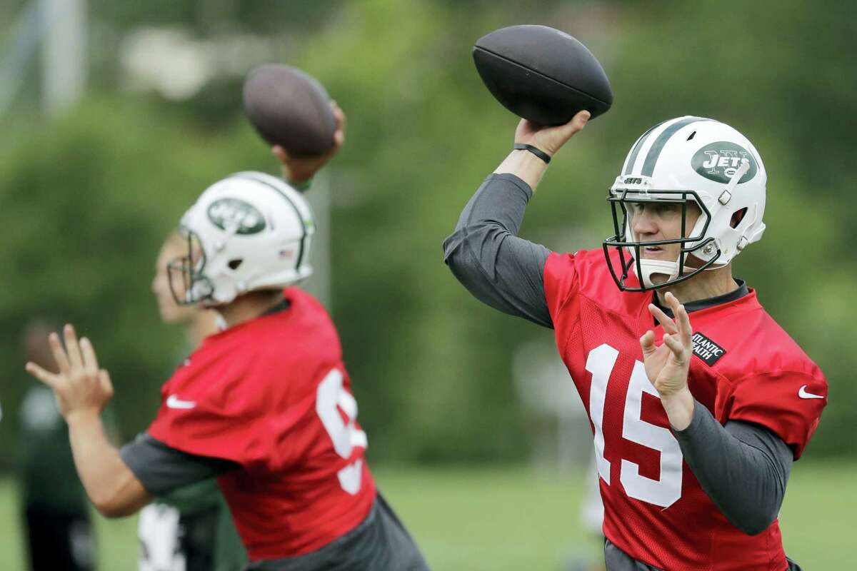 Jets quarterbacks Josh McCown, right, and Bryce Petty throw passes during practice Thursday in Florham Park, N.J.