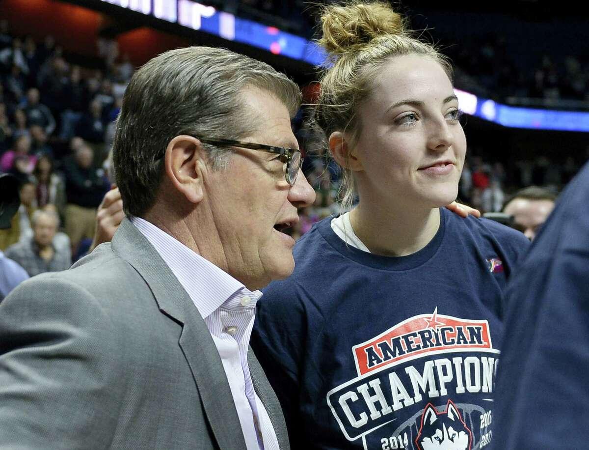 UConn head coach Geno Auriemma talks with Katie Lou Samuelson.