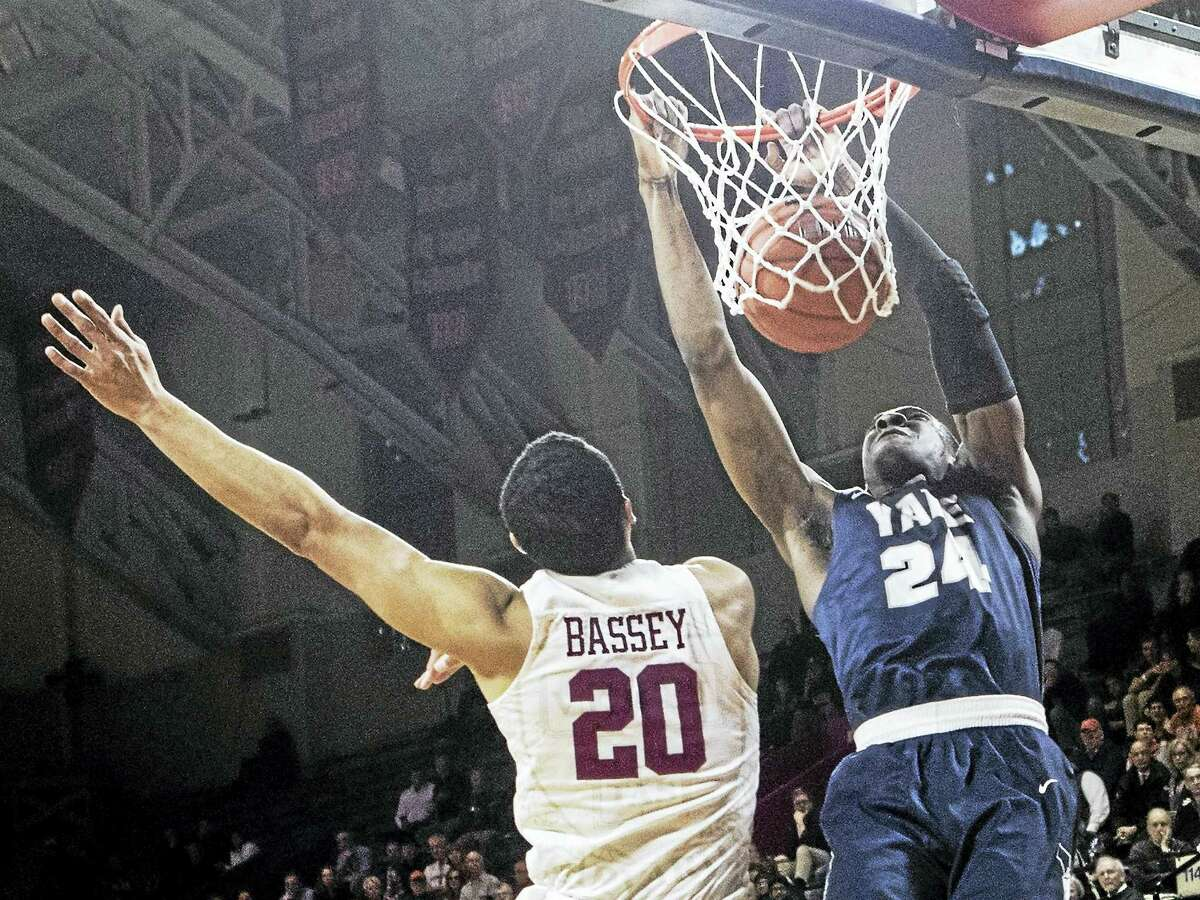 Yale's Miye Oni dunks the ball during Saturday's Ivy League semifinal in Philadelphia.