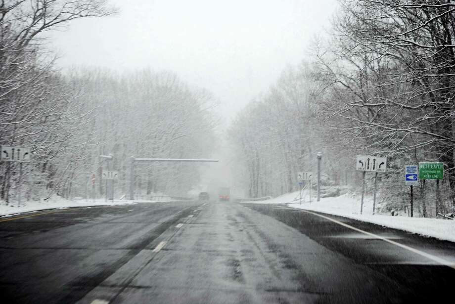 Snow is falling Friday morning on Route 34 in West Haven. Photo: Viktoria Sundqvist — New Haven Register