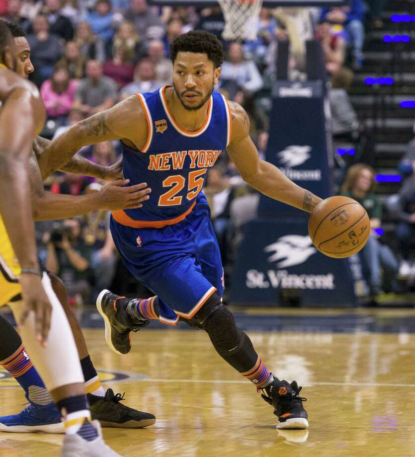 New York Knicks guard Derrick Rose (25) drives the ball into the Indiana Pacer's defense during the first half of an NBA basketball game on Jan. 7, 2017 in Indianapolis. Photo: AP Photo/Doug McSchooler  / FR170771 AP