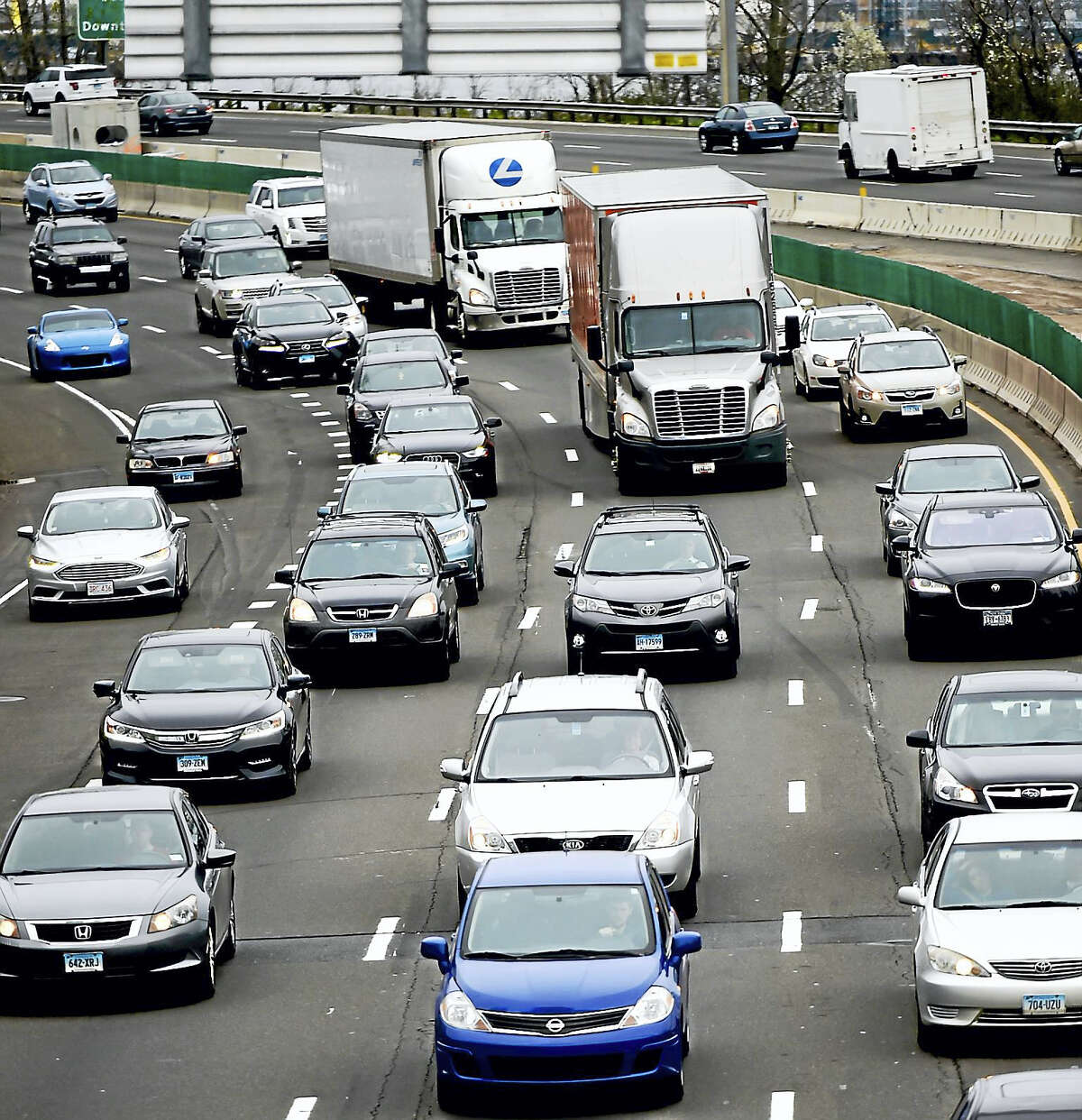 (Peter Hvizdak - New Haven Register)I-95 southbound during rush hour Thursday, April 27, 2017 past Long Wharf Drive in New Haven towards the West River Bridge.