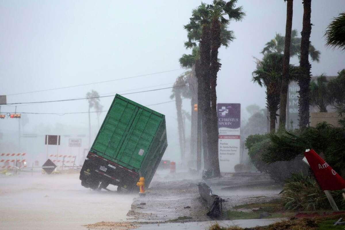 La fuerza del viento inclina un camión con remolque frente al Hospital CHRISTUS Spohn en Corpus Christi, Texas, al paso del huracán Harvey el viernes 25 de agosto de 2017. (Courtney Sacco/Corpus Christi Caller-Times vía AP)