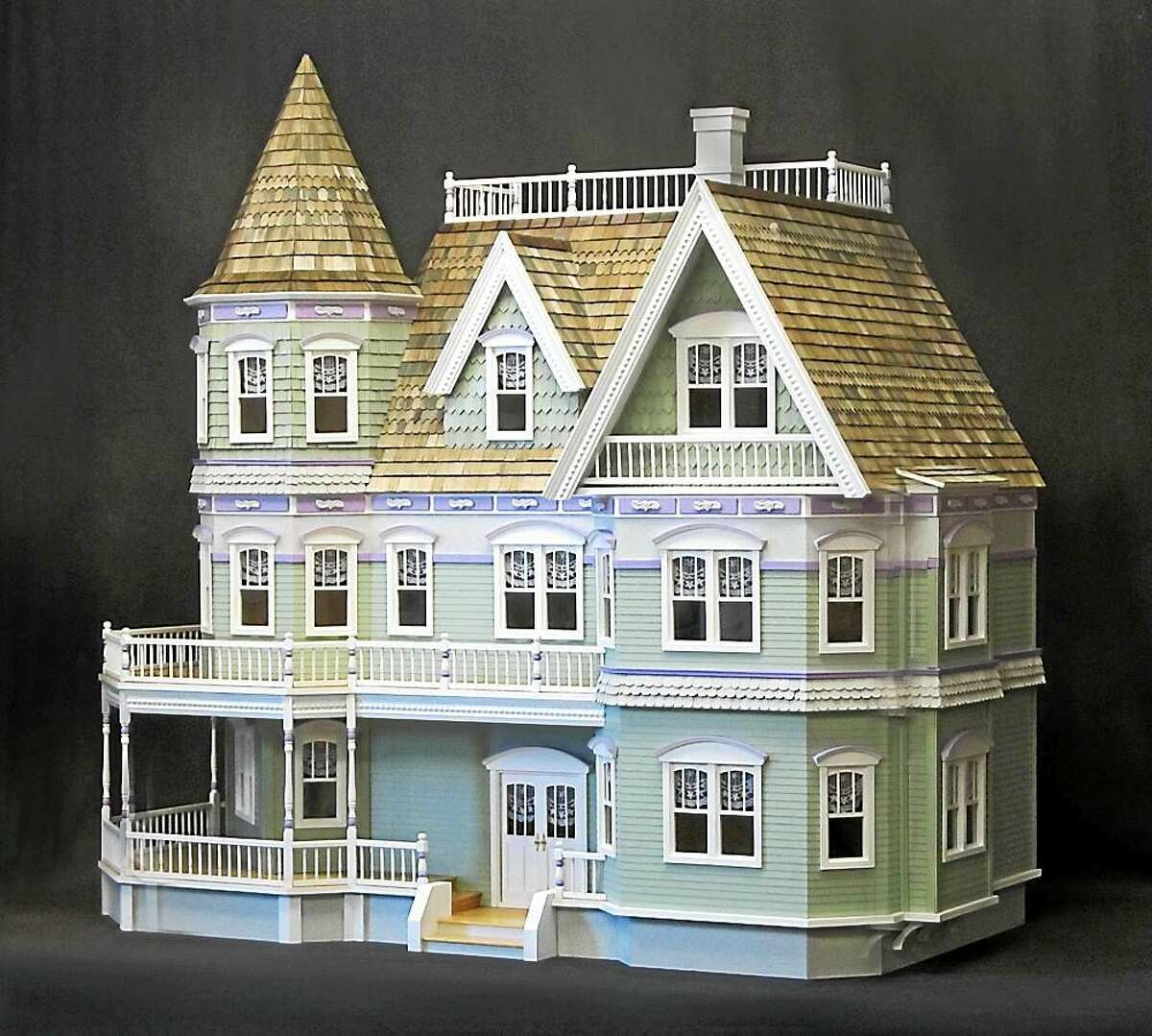 """""""Queen Anne"""" dollhouse."""