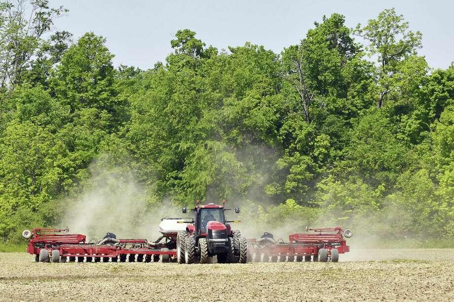 Dust rises as a Grant County farmer plants a field near Marion, Indiana. Photo: Jeff Morehead — Chronicle-Tribune Via AP  / Chronicle-Tribune
