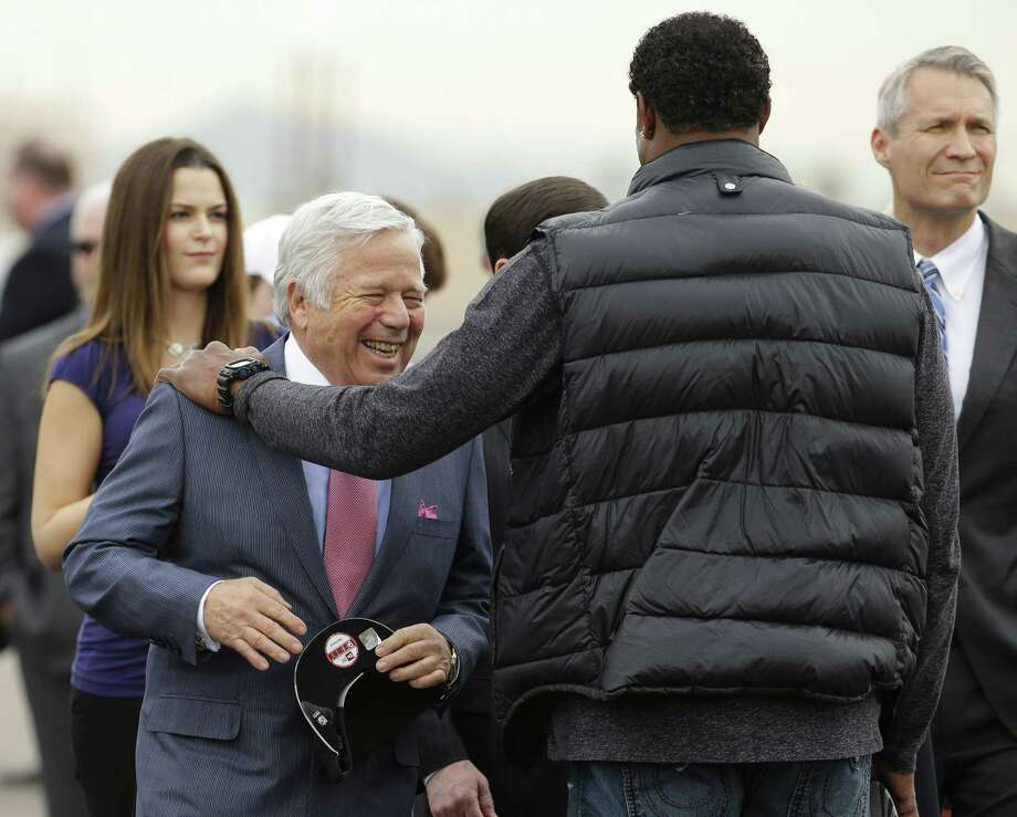 New England Patriots owner Robert Kraft is greeted by former Patriot Willie McGinest at Sky Harbor Airport Monday in Phoenix. Photo: Charlie Riedel — The Associated Press  / AP