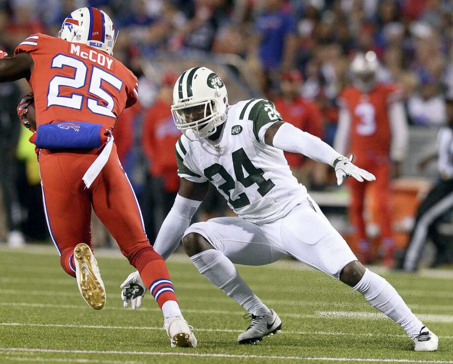 New York Jets cornerback Darrelle Revis (24) prepares to tackle Buffalo Bills running back LeSean McCoy (25) during the first half last Thursday in Orchard Park, N.Y. Photo: Adrian Kraus - The Associated Press  / FR171451 AP