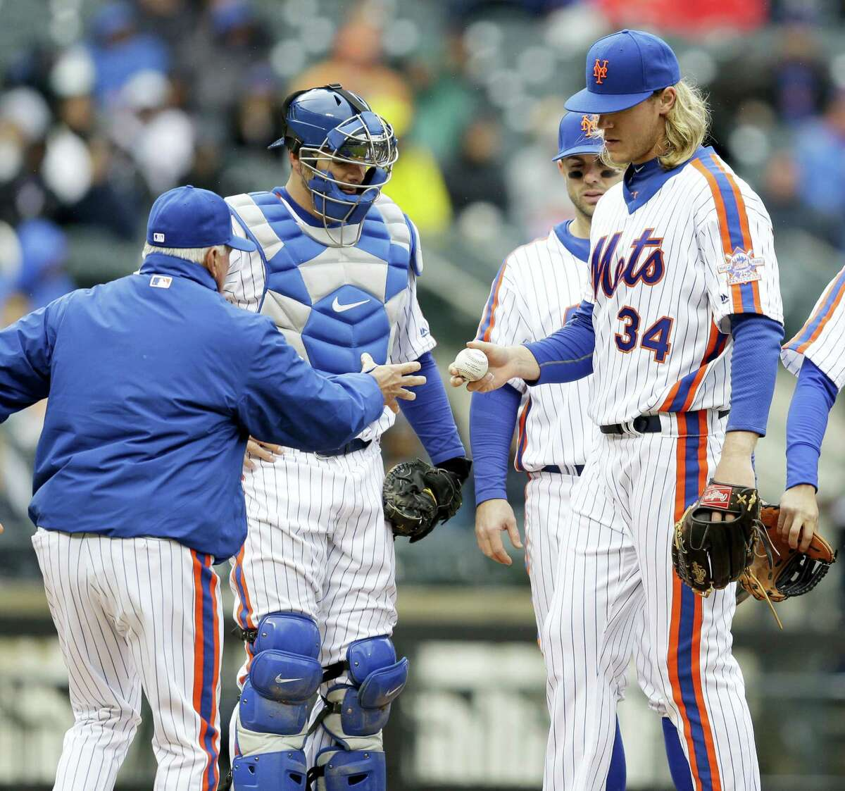 Mets starting pitcher Noah Syndergaard, right, leaves the game during the sixth inning against the Giants on Sunday.