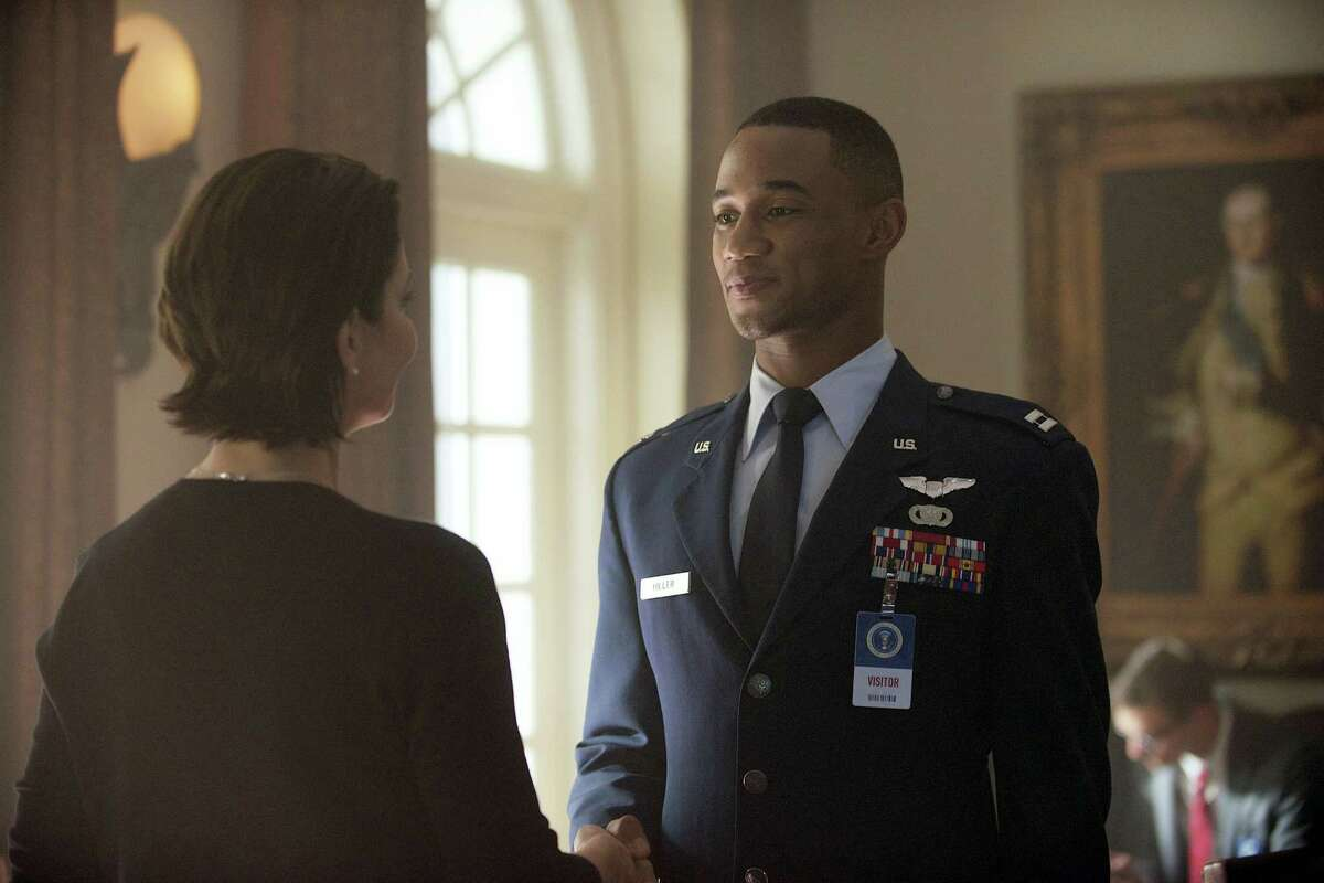"""This image released by Twentieth Century Fox shows Sela Ward as President Lanford, left, and Jessie Usher as Dylan Hiller in a scene from """"Independence Day: Resurgence."""""""