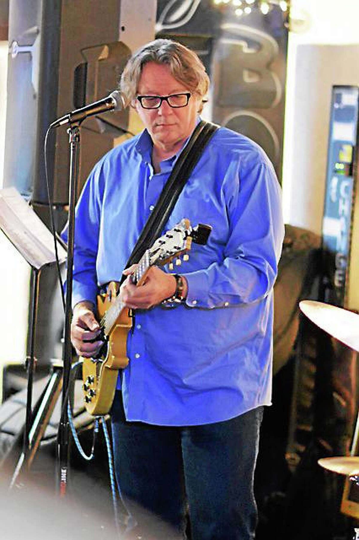 Photo by Dom ForcellaHashBrown joins Chris Ruest at the Maple Tree Cafe Friday.